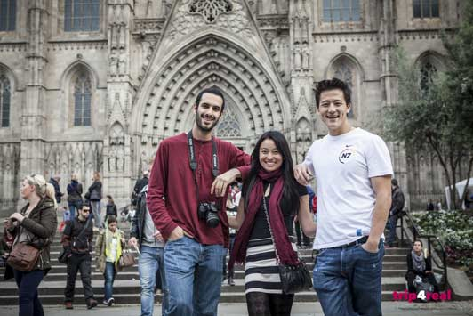 Travellers Kate, Andrew, and Austen on their photography tour of Barcelona's Gothic Quarter.