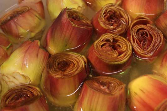 Florence cooking classes: preparation of artichokes from Sardinia ready to be cooked.