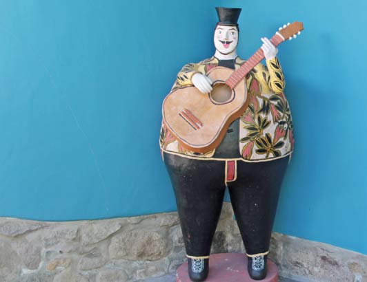 Whimsical musicians seranade diners at Sol y Luna.