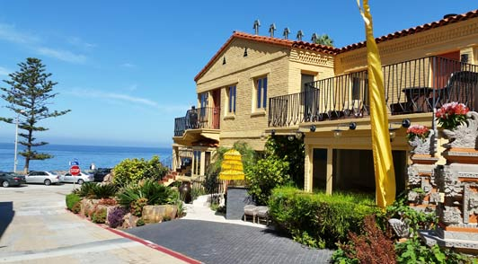 Pantai Inn is a stylish all-suites property on the La Jolla oceanfront.