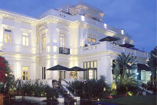 The Glorietta Bay is a historic boutique hotel facing San Diego Bay.